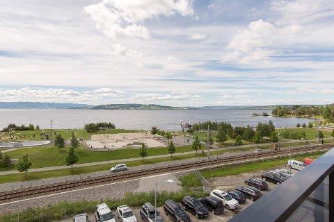 UTSIKTEN: Fra leiligheten har man en panoramautsikt over Mjøsa.