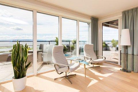 INNE: Store vinduer i stua.