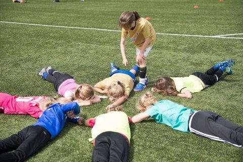SLAPPER AV: Etter en lang dag med mye fotball er det lov å roe ned på gressmatta.