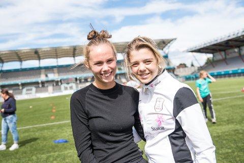 INSTRUKTØRER: Thale Høgmo og Idun Kristine Jørgensen er to avinstruktørene på fotballskolen.