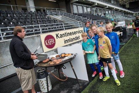 BURGERKØ: Ola Mathias Waalberg stekte burgere for 80 barn på fotballskole hos HamKam i forrige uke.