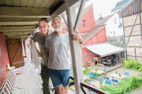 I BAKGÅRDEN: Jørgen Rogne og Lars Meyer er nok en gang klare til å vise film i bakgården hos Tante Gerda.