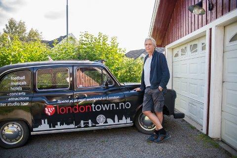 TAXI: Utenfor huset sitt har Henry Jovik en London-taxi.