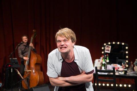 REVY: Tom Styves har med seg tre musikere når han skal dykke ned i sjelen til Rolf Just Nilsen.