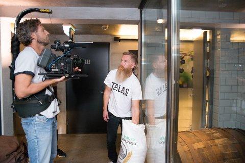 I KJELLEREN: Jeremy Metzger viser filmteamet sin ølbryggekjeller.