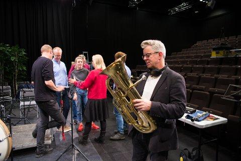 FLOTT: – Et flott instrument, sier manusforfatter Knut Nærum når han får holde en tuba for aller første gang.