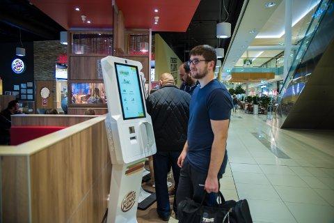 TESTET: Ajdin Biscevic testet de nye «burgerautomatene» på Burger King.