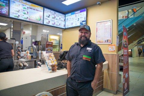 FORNØYD: Assisterende restaurantsjef, Jamie Rubio, mener automatene sikrer bedre flyt i hverdagen.