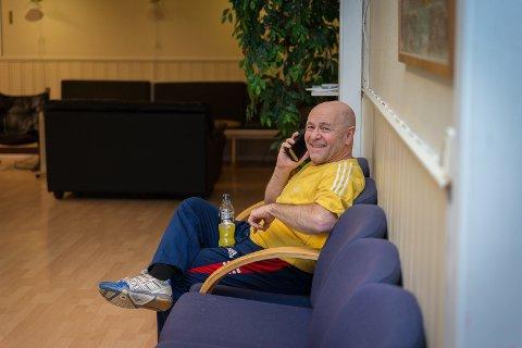 PÅ TRÅDEN: Landslagstrener Dietmar Wolf må av og til ta en telefonsamtale til gamlelandet.