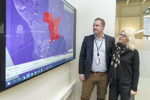 NYTT KART: Stein Olav Engebakken og Tone Bjørnhaug Surland sitter på data om boligprisene i de ulike bydelene i Hamar.