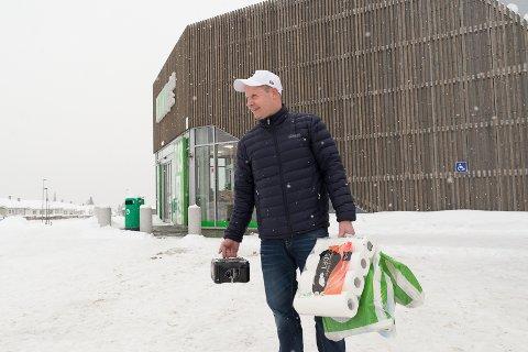 TRIVES: – Hamar er i vekst og mange flytter hit, og det er populært å bo også utenfor bykjernen, sier Øyvind Øyeren oppe på den nye Kiwi-butikken på Volljordet.