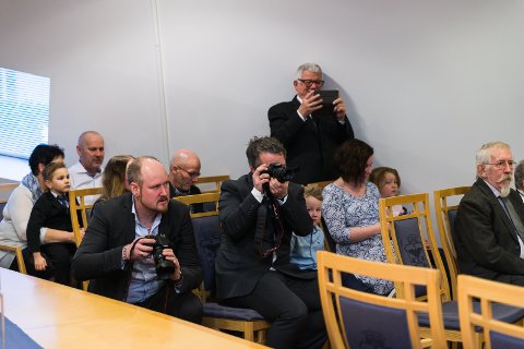 FOTOSEANSE: Gjestene benyttet anledningen til å fotografere paret.
