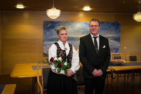 I SALEN: Grethe og Magnar inne i formannskapssalen.