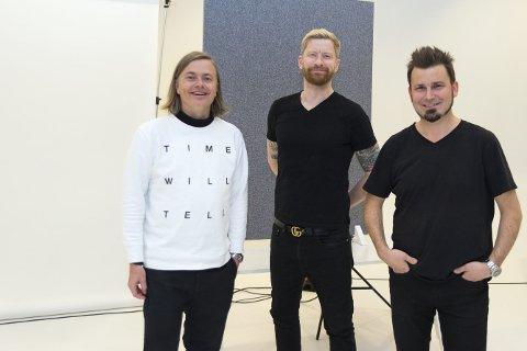 PÅ BESØK: Odd-Magnus Williamson sammen med Antis Kjetil Wold og Jens Haugen. Foto: Jo E. Brenden
