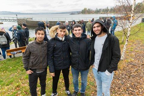 KLARE: Abdulla Darwisch, Ali Almakhzoum, Hussein Mahmoud og Alla Alkhahtib Adbul Rahman klare for å rydde søppel langs strandlinjen i Hamar.