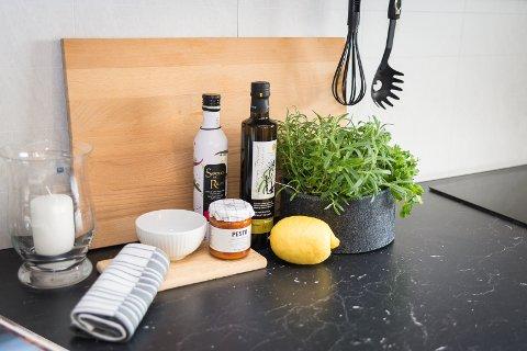 URTER: Kristin har satt fram friske urter på kjøkkenbordet i leiligheten som skal selges.