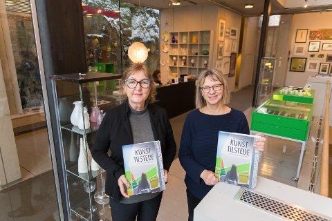 KLAR: Brit Anne Botheim og direktør ved Kunstbanken Hedmark Kunstsenter, Ingrid Blekastad, er nå klar med fagboka.