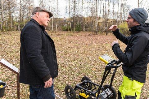 FULGTE MED: Knut Ståle Hauge følger spent med på registreringen med jordradaren i oktober.