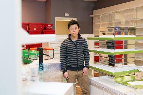STARTER OPP: Torsdag 8- mars åpner Luan Vo det nye apoteket på Grandsenteret.