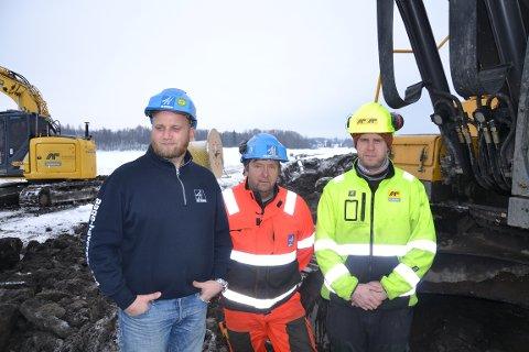 Anleggsarbeiderne trives med utfordringene i naturreservatet. F.v Simen Holen, Jan Ivar Svendstad og Markus Hansen.