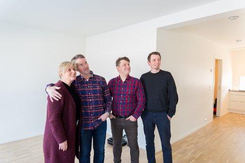 OVERTAKELSE: Tone Lorentzen og Torbjørn Løkken i stua sammen med Thomas Jahr og Frode Brenden fra Block Watne.