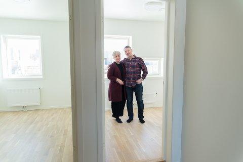 MULIGHETER: – Flott på Hamars tak, sier Torbjørn Løkken og Tone Lorentzen. Her står de i andre etasje på den nye boligen.