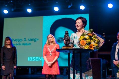 GLAD VINNER: Malmfrid Hovsveen Hallum under utdelingen av prisen.