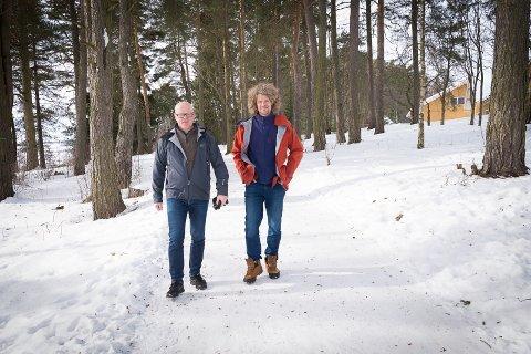 NY PARK: Odd Erik Jordheim og Aleksander Gamme på vandring i området hvor den nye klatreparken bygges.
