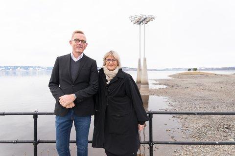 AKSJER: Styremedlemmene Tor Rullestad og Christel Meyer håper at mange velger å kjøpe aksjebrev i Skibladner.