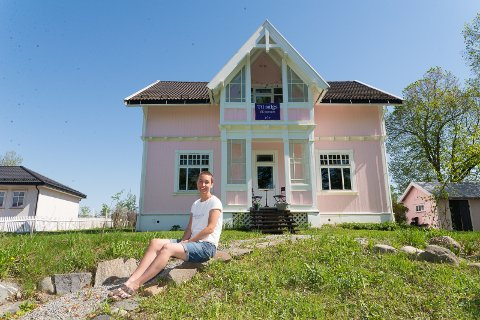 SELGER: Maren Ingeborg Gråblomst foran Villa Bjørk i Ottestad.