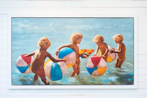 URO: Tilsynelatende idyll ved havet, men en livvest skaper uro i bildet «Buoyancy».