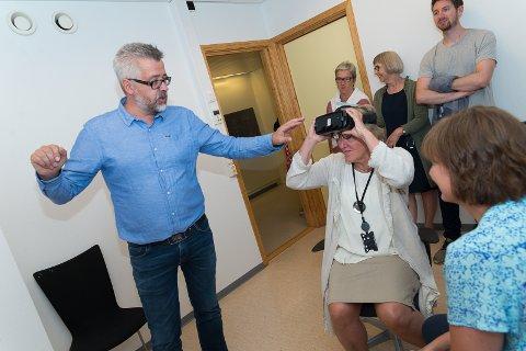 DEMONSTRASJON: Overlege Ståle Fredriksen demonstrerer VR-brillen for administrerende direktør i Sykehuset Innlandet, Alice Beathe Andersgaard.