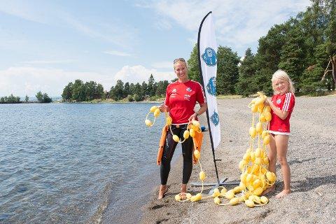 BRUK: Kristine Risanger Røsland i HIL Svømming og Triatlon og dattern Lydia håper folk vil bruke svømmebanen i sommer og i høst.