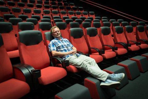 BEHAGELIG: – Veldig komfortabelt, sier kinosjef Espen Jørgensen hos Hamar Kino om de nye setene og fothvilkerne på rad 1 i sal 2 og 3.