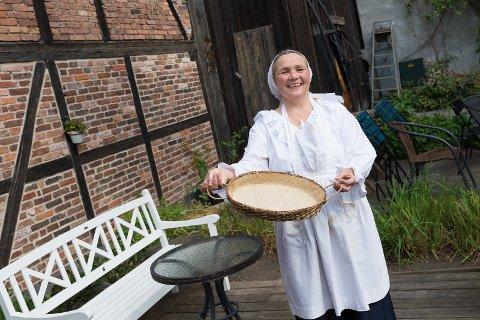 MAT OG FILM: Kirsti Hougen gleder seg til å vise film og servere mat i bakgården under Bakgårdsfilm i helgen.