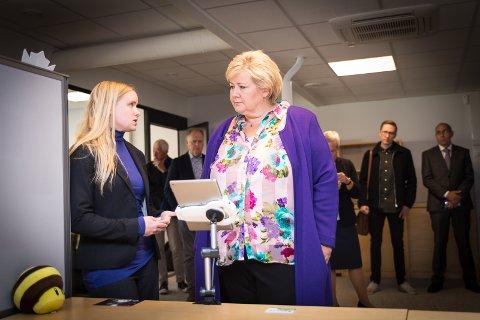 STERKT: Statsminister Erna Solberg berømmet Catharina Bøhler og Sarepta Studio for å ha satset på et spill med et sterkt budskap.