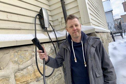 LADING: På veggen utenfor trafikkskolen har skolen montert sin egen el-bil-lader. Tommy Ofstad anslår en pris på to kroner per mil.