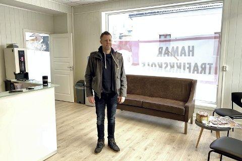 FLYTTET: Hamar Trafikkskole har flyttet fra Kolltjernvegen til Høyensalgata 22. Nå er de på plass i nyoppussede lokaler.