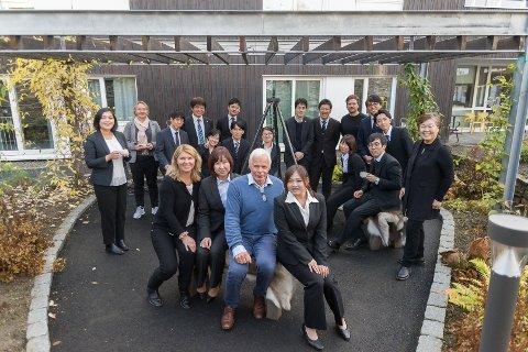 SPENNENDE BESØK: 15 japanske helse- og omsorgsarbeidere på besøk på Finsalsenteret for å lære.