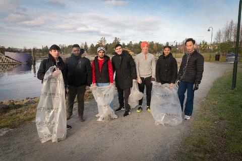 PLUKKET SØPPEL: Hussein Mahmoud (i midten i svarte klær) gleder seg hvert år til å plukke søppel på Koigen. Her står han med Gamil Ibrahim, Marcel, Muhammad, Mubrak, Arsema og Johannas.