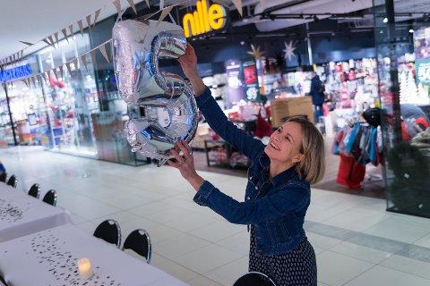 FEST: Senterleder Nina Utkilen pynter til bursdagsfest på CC Hamar.