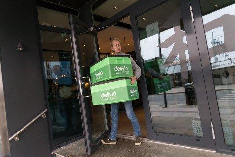 KASSESUKSESS: Fra 50 bestillinger i februar til 500 i oktober. Alexander Vold må frakte stadig flere grønne Delivia-kasser fra Hamar-restaurantene.