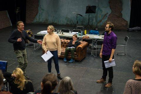 LESEPRØVE: Første gjennomgang av «Utlendingen». Regissør Terje Strømdahl sammen med skuespillerne Anne Guri Tvedt og Roger Opdal Paulsen. Tom Styve i bakgrunnen.