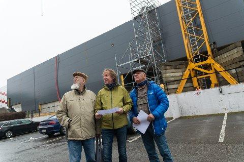 HØY NABO: – Borettslaget får Hamars høyeste hus som nabo, sier Svend Erik Grøtlien, Per Thomas Nygaard og borettslagsleder Jan Erik Vestlund.
