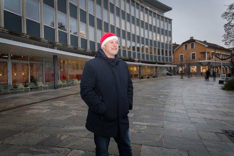 FØRSTE STOPP: – Her blir det skikkelig julemarked! sier kultursjef Morten Midtlien foran Triangelgården.