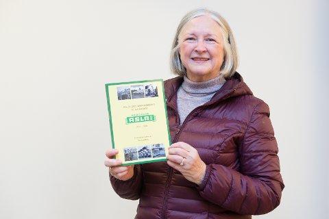 BOK: Sølvi Asla Østby skrev bok om Brødrene Asla AS. Nå er den ute i et tredjeopplag.