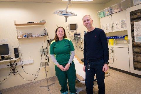 KLAR: Legevaktslege Åsa Finstad er spent på hvor mange som vil ha behov for hjelp denne julen. Her står hun sammen med overlege Bent Lindberg.