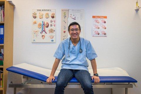 VIKTIG JOBB: Fastlege Michael Xu og de andre legene i Hamar gjør en viktig jobb. Men stadig mer av arbeidsdagen går med til byråkrati.