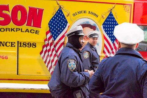 THREE POLICEMEN: Muntert øyeblikk med tre politimenn på Manhattan.