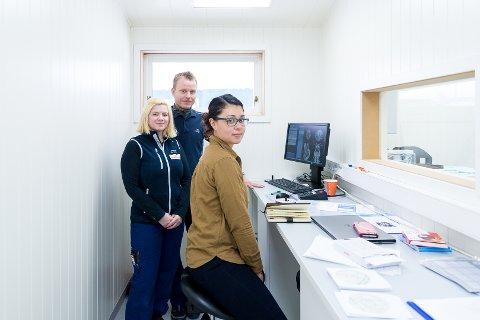 OPPLÆRING: Ileana Flores fra leverandøren GE Nordic kurser Jeanett Hansen og Lars Tessem i datautstyret.